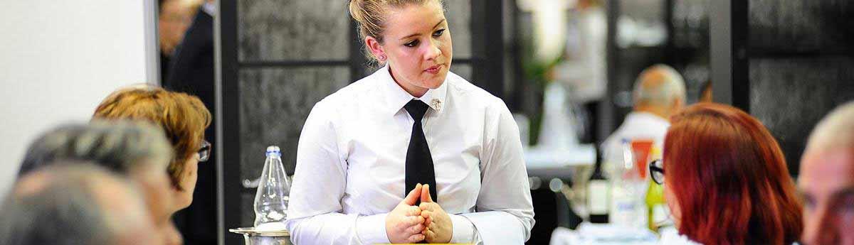 Serveur Serveuse De Restaurant Metier Etudes Diplomes