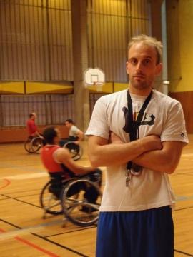 Entraîneur sportif à temps partiel par passion du basket
