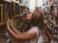 Bibliothèque jeune fille livres