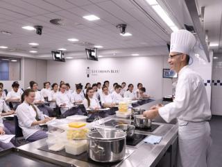 Serveur Serveuse De Restaurant Metier Etudes Diplomes Salaire